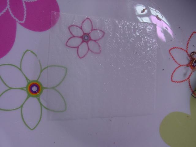 couper un mouchoir en papier en 4... on va bien humidifer ce quart de mouchoir avec l'eau déminéralisée